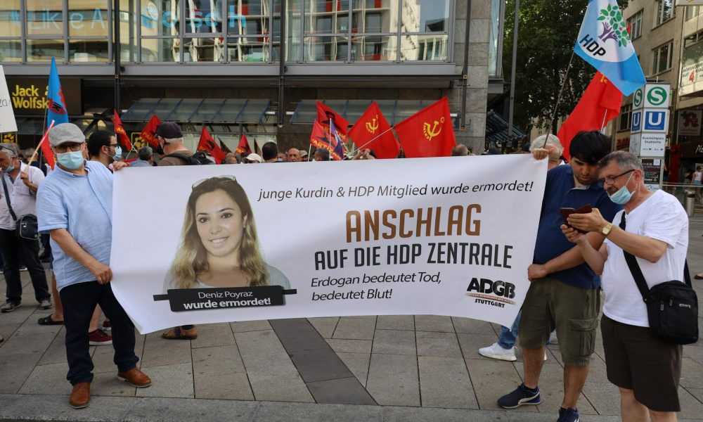 """İzmir'deki Deniz Poyraz cinayeti Stuttgart'ta protesto edildi: """"Bu saldırı demokrasi güçlerine yapılmıştır"""""""