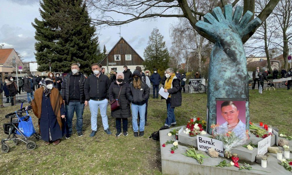 Almanya'nın başkenti Berlin'de 5 Nisan 2012'de silahla vurulan ve ırkçı cinayete kurban gittiği tahmin edilen Türk genci Burak Bektaş anıldı. Neukölln ilçesinde öldürülen Bektaş'ı anmak için yapılan yürüyüşün ardından göstericiler Burak Bektaş için dikilen anıta çiçek bıraktı. Yürüyüşe Burak Bektaş'ın babası Ahmet (sol 3) ve annesi Melek (sol 4) ile yakınları katıldı. ( Erbil Başay - Anadolu Ajansı )