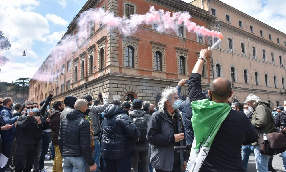 İtalya'da küçük işletme sahipleri, yeni tip koronavirüs (Kovid-19) tedbirleri sebebiyle kapalı olan işletmelerinin açılması talebiyle Roma'da bir kez daha miting düzenledi. Başkentteki Circo Massimo alanında toplanan göstericiler, son haftada üçüncü kez Kovid-19 önlemlerini protesto etti. Restoran kafe sahiplerinden, plaj işletmecilerine kadar İtalya'nın farklı bölgelerinden gelen yaklaşık 1000 kişinin katıldığı mitingde, Mario Draghi liderliğindeki hükümete kapanma tedbirleri dolayısıyla tepki gösterildi. ( Barış Seçkin - Anadolu Ajansı )
