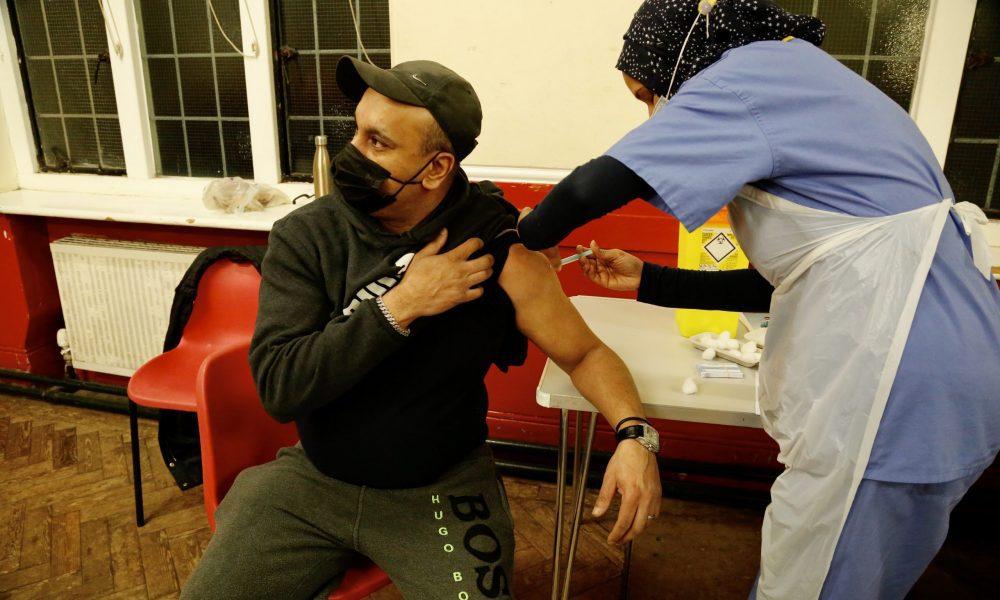 İngiltere'de, aşı olmanın orucu bozacağını düşünenler için başkent Londra'nın güneyindeki Sutton bölgesinde Ulusal Sağlık Hizmetleri'nin (NHS) katkısıyla Ramazan ayında akşam saatlerinde hizmet veren geçici yeni tip koronavirüs (Kovid-19) aşı merkezleri kuruldu. ( Hasan Esen - Anadolu Ajansı )