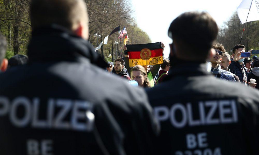 Almanya'nın başkenti Berlin'de hükümetin yeni tip koronavirüs (Kovid-19) salgınıyla mücadelede izlediği politika protesto edildi. Federal Meclis'te görüşülen ve salgınla mücadelede Kovid-19 önlemlerinin sertleştirilmesini öngören Enfeksiyon Koruma Yasasında değişiklik yapılmasına ilişkin tasarıyı protesto etmek için binlerce kişi 17 Haziran Caddesi'nde toplandı. ( Erbil Başay - Anadolu Ajansı )