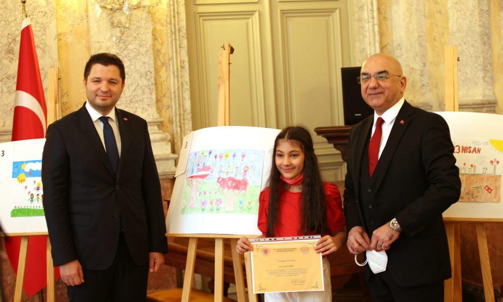 Türkiye'nin Viyana Büyükelçiliği'nde 23 Nisan Ulusal Egemenlik ve Çocuk Bayramı münasebetiyle yapılan resim yarışmasında dereceye giren çocuklara yönelik salgın nedeniyle kısıtlı katılımla ödül töreni düzenlendi. Etkinliğe Türkiye'nin Viyana Büyükelçisi Ozan Ceyhun (sağda) ve Türkiye-Avusturya Parlamentolar Arası Dostluk Grubu Başkanı ve AK Parti Adıyaman Milletvekili Muhammed Fatih Toprak (solda) katıldı. ( Aşkın Kıyağan - Anadolu Ajansı )