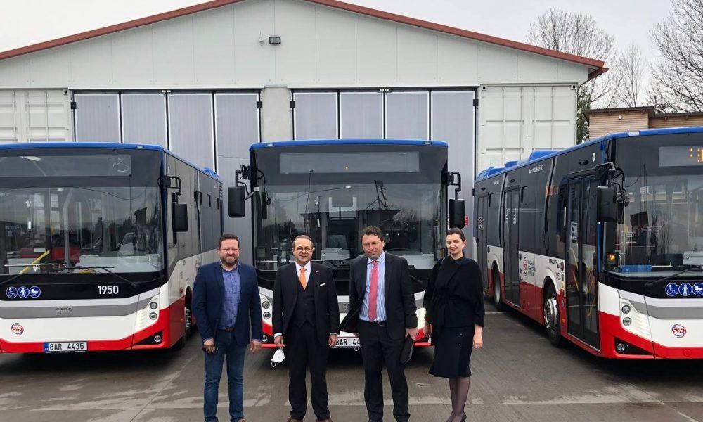 Çekya'da Prag Belediyesi, BMC firması tarafından üretilen otobüsleri bugün toplu taşıma filosuna kattı. Prag'da düzenlenen teslim törenine, Türkiye'nin Prag Büyükelçisi Egemen Bağış da (Sol.2) katıldı. ( Türkiye'nin Prag Büyükelçiliği - Anadolu Ajansı )