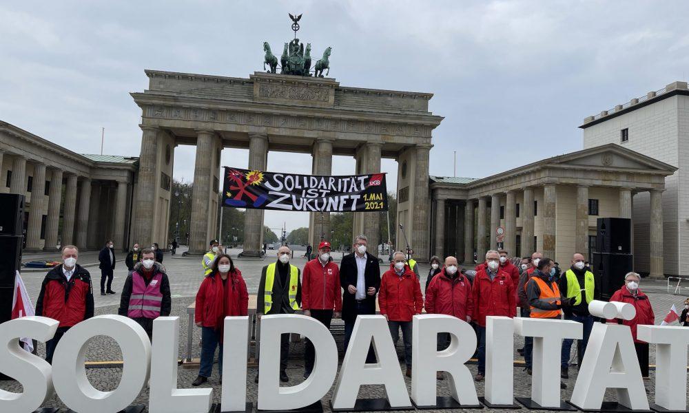 Almanya'nın başkenti Berlin'de, 1 Mayıs Emek ve Dayanışma Günü'nde Brandenburg Kapısı'nın önünde Alman Sendikalar Birliği (DGB) tarafından gösteri düzenlendi. Sendikaların temsilcileri