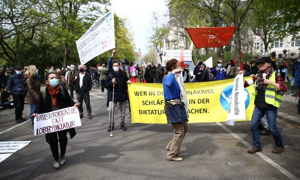 Almanya'nın başkenti Berlin'de hükümetin yeni tip koronavirüs (Kovid-19) salgınıyla mücadelede aldığı tedbirler protesto edildi. ( Erbil Başay - Anadolu Ajansı )