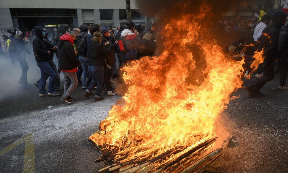 Fransa'da düzenlenen 1 Mayıs gösterilerinde çıkan olaylarda 39 kişi gözaltına alındı. Başkent Paris'te sendikaların ve sivil toplum kuruluşların çağrısıyla düzenlenen 1 Mayıs etkinlikleri çerçevesinde, Republique Meydanı'nda toplanan binlerce kişi, Nation Meydanı'na kadar yürüdü. Sarı yelekliler de bu gösteriye katıldı. Eylemde, göstericiler ile polis arasında zaman zaman arbede yaşanırken, eylemciler bir çöp bidonunu ateşe verdi, bir bankanın camını kırdı ve çevreye zarar verdi. ( Julien Mattia - Anadolu Ajansı )