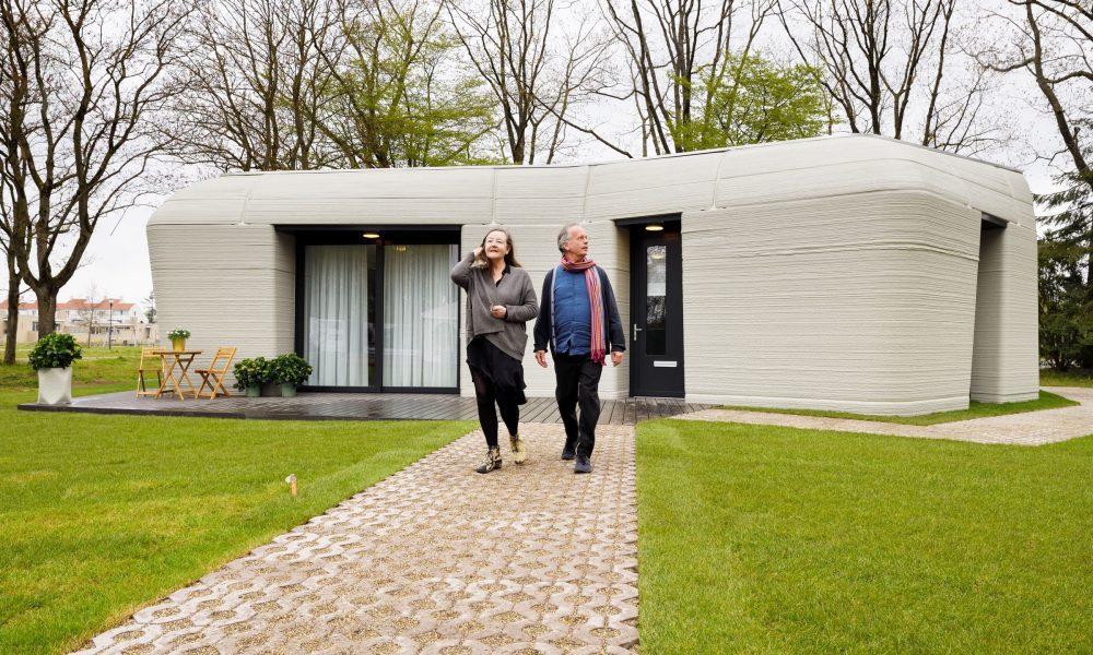 Hollanda'nın Eindhoven şehrinde, tamamen 3 boyutlu yazıcıyla inşa edilen evin ilk kiracıları yuvalarında yaşamaya başladı. ( Project Milestone - Anadolu Ajansı )