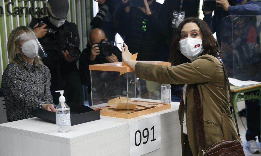 İspanya'nın Madrid özerk yerel yönetiminde bugün yapılan ve yaklaşık 5 milyon seçmenin kayıtlı olduğu erken yerel seçimlerde oy kullanma işlemi yerel saat ile 09.00'da başladı. Madrid özerk yönetim hükümet başkanı ve Halk Partisi'nin bu seçimlerde de başkan adayı olan İsabel Diaz Ayuso oyunu Inmaculada Marillac Okulu'nda kullandı. ( Şenhan Bolelli - Anadolu Ajansı )