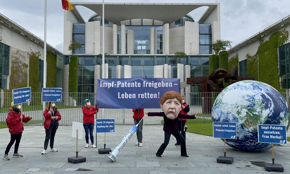 """""""Patentçi Merkel""""e tepki büyüyor: Aşılarda fikri mülkiyet haklarının kaldırılmasına karşı çıkan hükümet protesto edildi"""