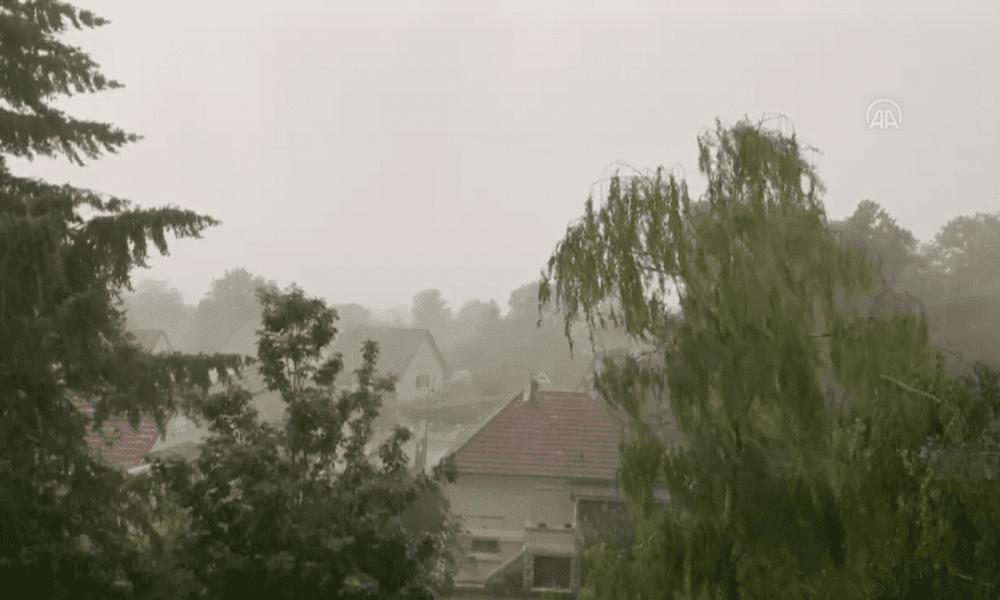 Fransa'da şiddetli rüzgar: Kilisenin çan kulesi yıkıldı