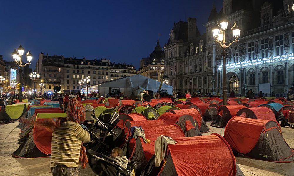 """Paris'te refakatsiz çocuklar ve düzensiz göçmenlerin son çaresi: """"Acil barınma"""" kampı"""