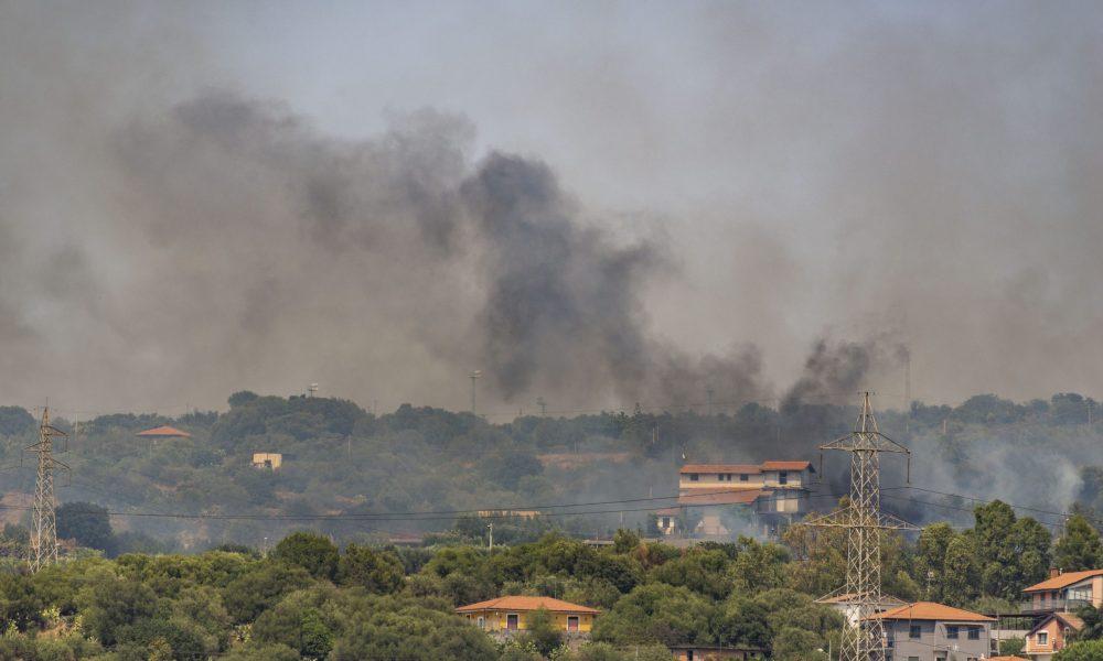 İtalya'da yangın söndürme çalışmaları: Havadan, karadan yüzlerce müdahale
