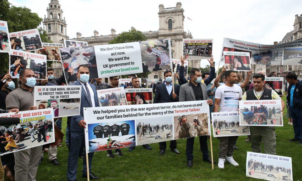 Savaş karşıtları ve Afganlar uyardı: İngiltere'de parlamento oturumu sırasında gösteri