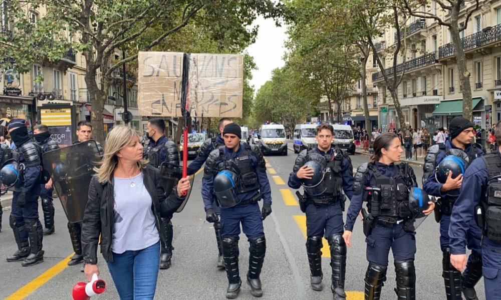 Fransa'da korona önlemlerine karşı gösteriler kesilmiyor: Yüz binler sokakta