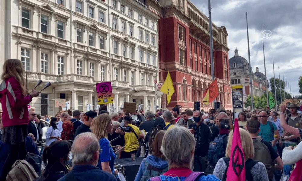 İngiltere'de çevreciler Shell'i protesto etti