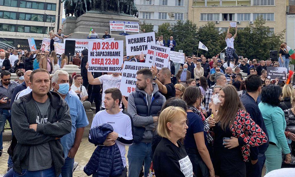 Korona önlemleri: Bulgaristan'da lokanta sahipleri sokağa çıktı
