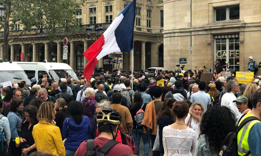 """Fransa'da """"Covid-19 ile mücadele yasası"""" onaylandı, hemen ardından protestolar başladı"""