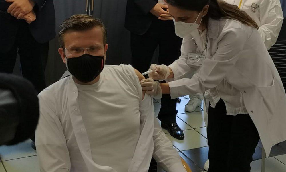 Nürnberg Belediye Başkanı Markus König ilk aşısını camide oldu