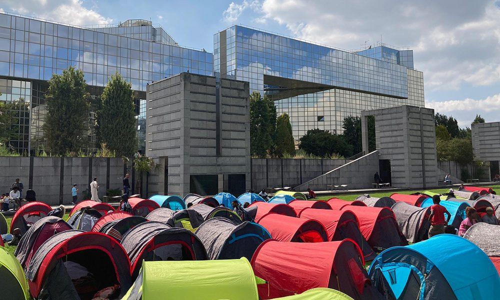 600 göçmen ve evsiz: Paris Valiliği önünde çadır kurdular