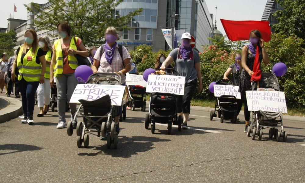 Esnekleştirmeye karşı Stuttgart'ta bebek arabalı eylem: Dev markaların girişleri kapatıldı