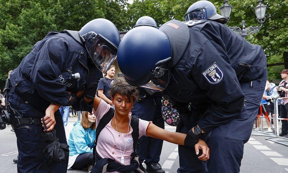 Olaylar sonrasında ölüm de var: Berlin'deki gösteride yüzlerce gözaltı