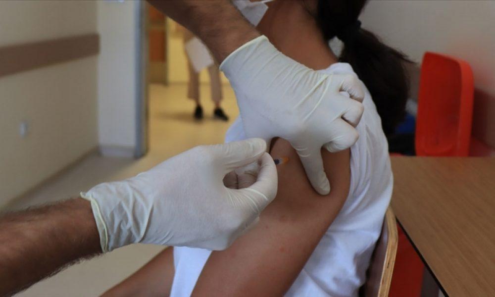 Fransa'da vakalar tırmanıyor: 12-17 yaş aralığının yarısından fazlası tek doz aşılandı