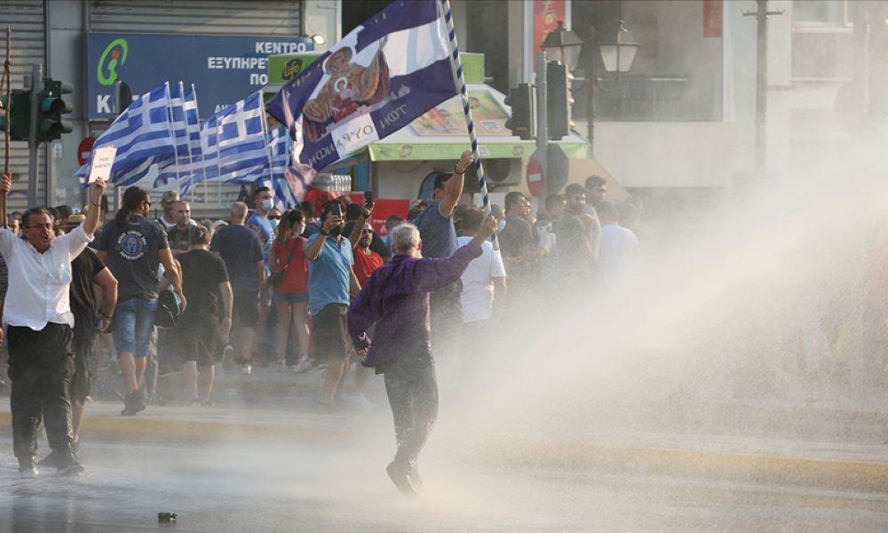 AB ülkelerinde olaylar bitmiyor: Şimdi de Yunanistan'da aşı karşıtları polisle çatıştı