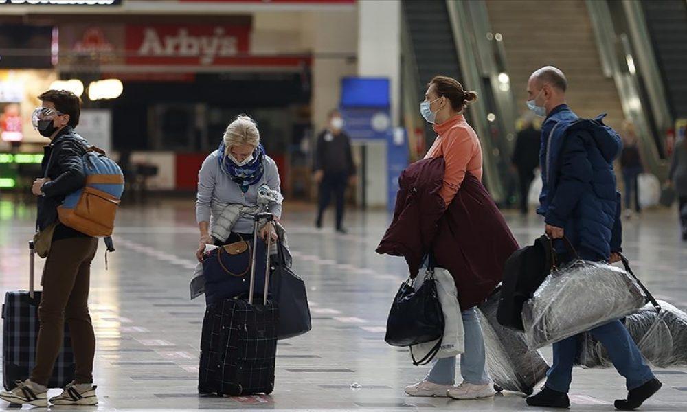 """Almanya, Covid-19 nedeniyle """"riskli"""" ilan ettiği bölgelere seyahat uyarısını kaldırıyor"""