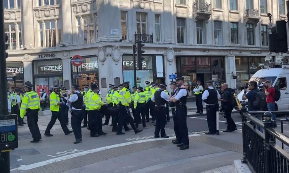 Londra'da çevreciler cadde ve meydanları trafiğe kapattı