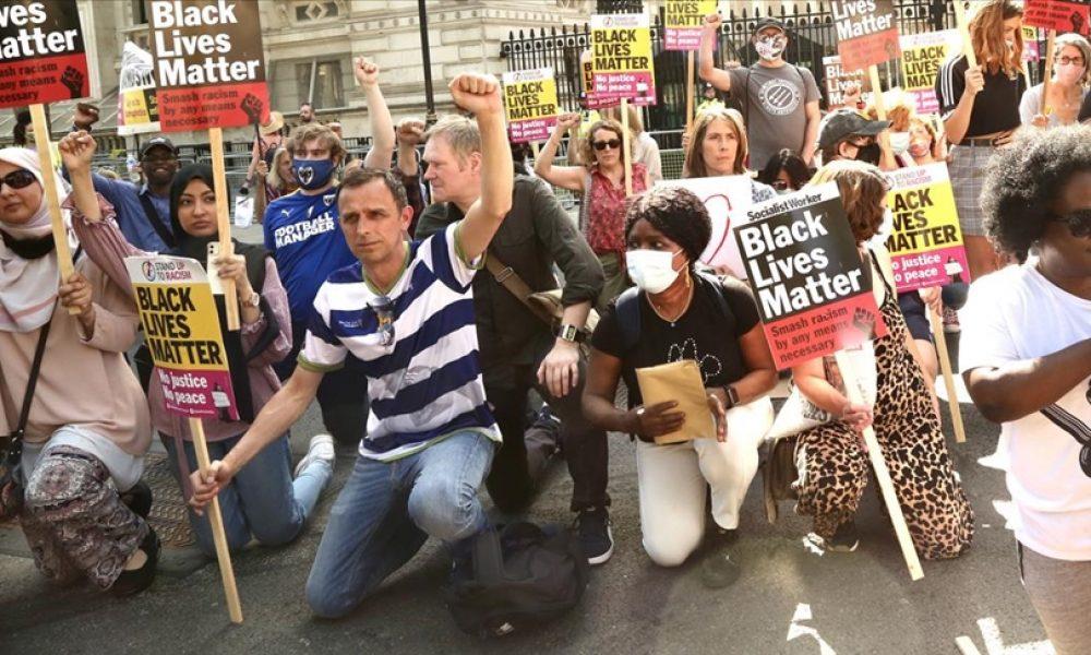 """Başbakanlık konutu önünde ırkçılığa karşı """"diz çökme"""" eylemi"""