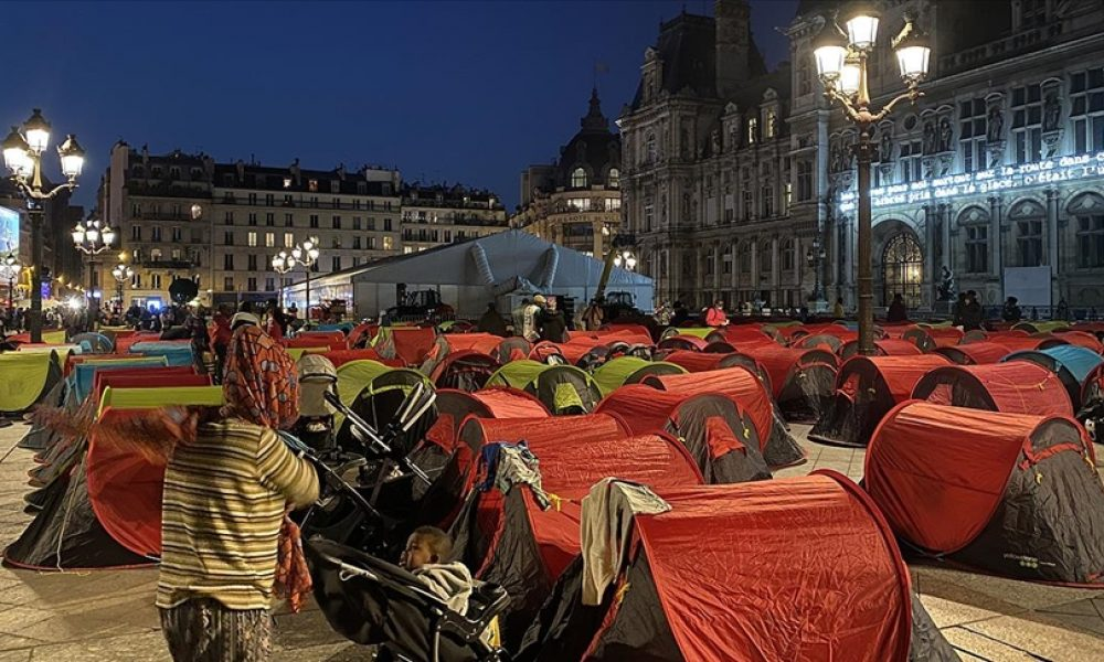 Paris'te evsiz çadırları: Fransa başkentinde yoksulluğun boyutları sergileniyor