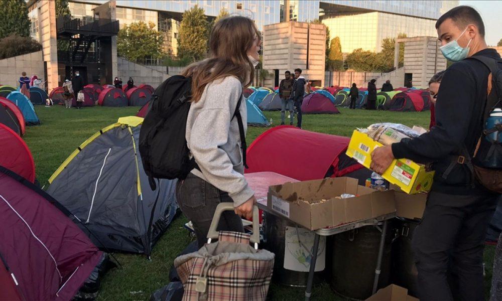 Fransa'da bar evsiz göçmenlerin bazıları gözaltı merkezine götürülmüş